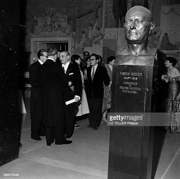 Ambassadors Ball 1955 A Paris au Palais de Chaillot lors du bal des ambassadeurs des invités dont Georges BIDAULT tenant un document roulé dans une...