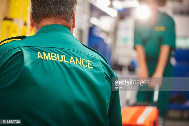 Équipe tirant brancard ambulance