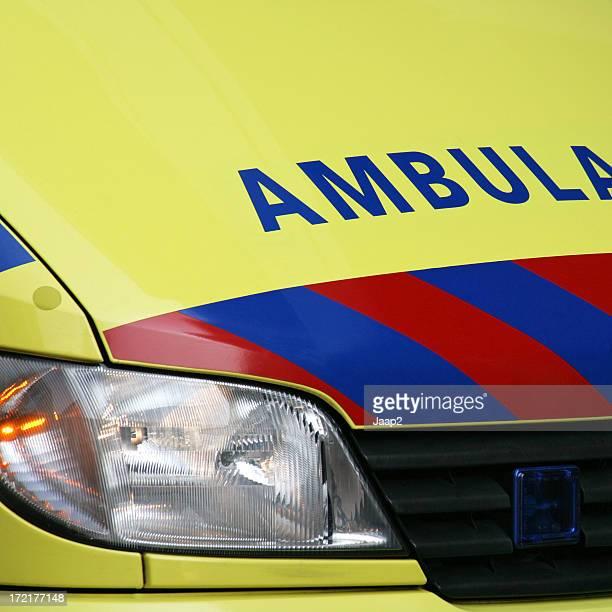 Rettungswagen, die sich von einem gelben niederländische Medizinischer Notfall van