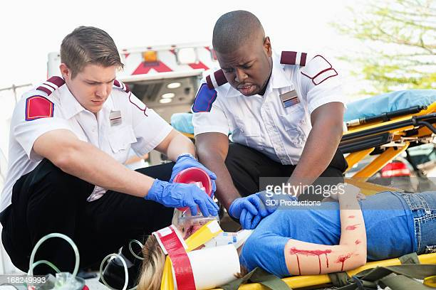 Ambulance :  medics spectacle de réanimation d'urgence et blessé fille sur lit d'hôpital