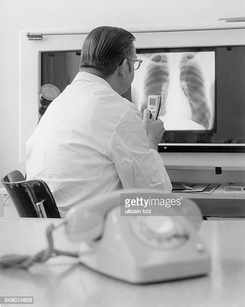 Ambulatorium der 'Allgemeinen Ortskrankenkasse Berlin' AOK Müllerstrasse 143 Facharzt bei der Auswertung der Röntgenbilder spricht Befund in ein...