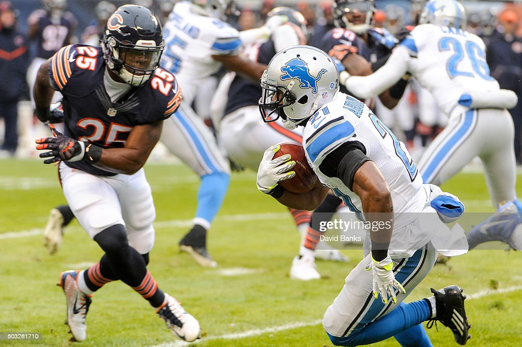 Ameer Abdullah #21 of the Detroit Lions carries the football against Ka'Deem Carey #25 the Chicago Bears in the first quarter at Soldier Field on January 3, 2016 in Chicago, Illinois.