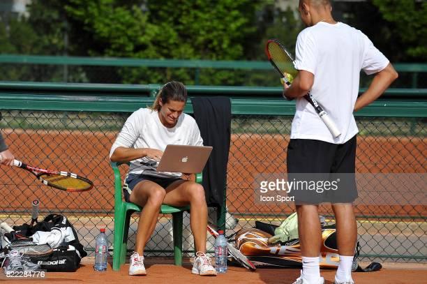 Amelie MAURESMO et son ordinateur portable Entrainement de l 'equipe de France de Fed Cup en vue du match de barrage contre la Slovaquie Roland...