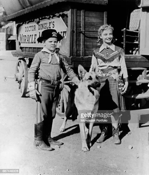 American actor Lee Aacker is the protagonist with the german shepherd Rin Tin Tin of the famous american TV series The Adventures of Rin Tin Tin...