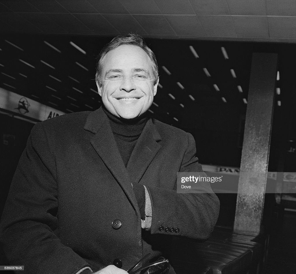 American actor <a gi-track='captionPersonalityLinkClicked' href=/galleries/search?phrase=Marlon+Brando&family=editorial&specificpeople=85897 ng-click='$event.stopPropagation()'>Marlon Brando</a> (1924 - 2004) at London Airport, 28th January 1967.