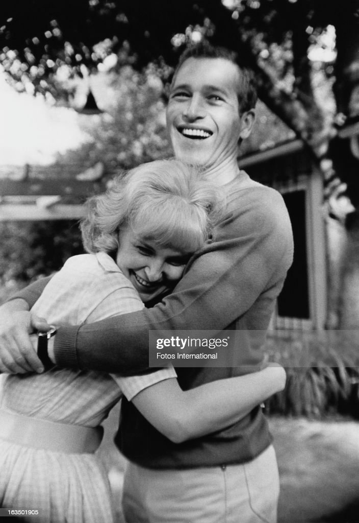 American actor Paul Newman (1925 - 2008) with his wife, actress <a gi-track='captionPersonalityLinkClicked' href=/galleries/search?phrase=Joanne+Woodward&family=editorial&specificpeople=211476 ng-click='$event.stopPropagation()'>Joanne Woodward</a>, circa 1963.