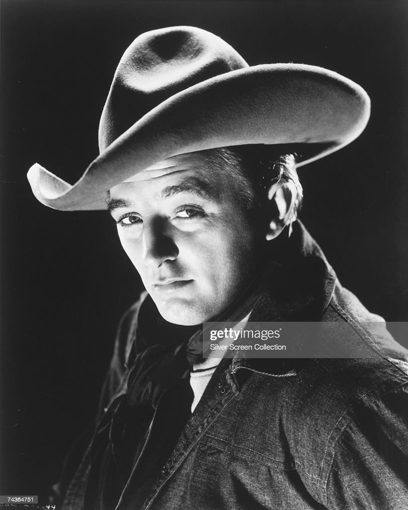 American actor <a gi-track='captionPersonalityLinkClicked' href=/galleries/search?phrase=Robert+Mitchum&family=editorial&specificpeople=206827 ng-click='$event.stopPropagation()'>Robert Mitchum</a> (1917 - 1997), circa 1945.
