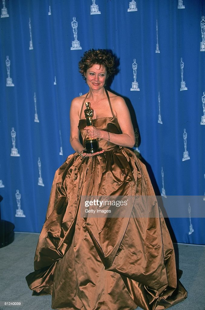1996, American actor Susan Sarandon poses holding her Best Actress trophy for her role in the film 'Dead Man Walking' at the Academy Awards held in Los Angeles, California.