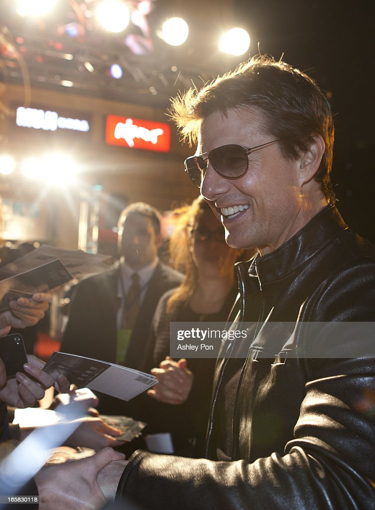 American actor <a gi-track='captionPersonalityLinkClicked' href=/galleries/search?phrase=Tom+Cruise&family=editorial&specificpeople=156405 ng-click='$event.stopPropagation()'>Tom Cruise</a> signs his autographs for fans as he arrives at the Taiwan premiere of 'Oblivion' on April 6, 2013 in Taipei, Taiwan.