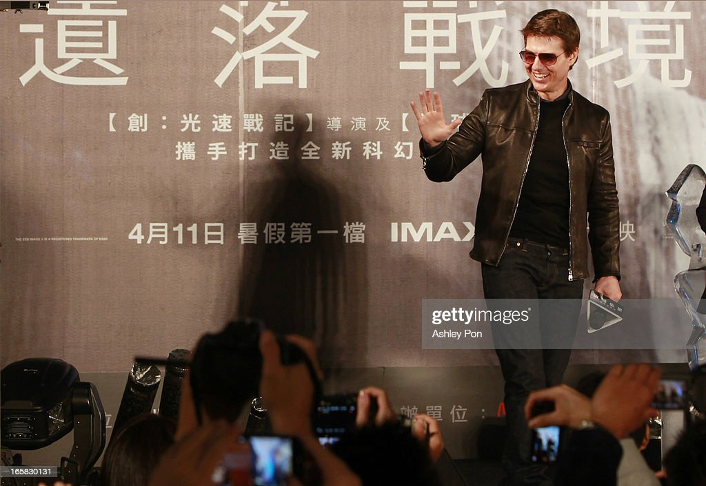 American actor <a gi-track='captionPersonalityLinkClicked' href=/galleries/search?phrase=Tom+Cruise&family=editorial&specificpeople=156405 ng-click='$event.stopPropagation()'>Tom Cruise</a> waves to fans at the Taiwan premiere of 'Oblivion' on April 6, 2013 in Taipei, Taiwan.