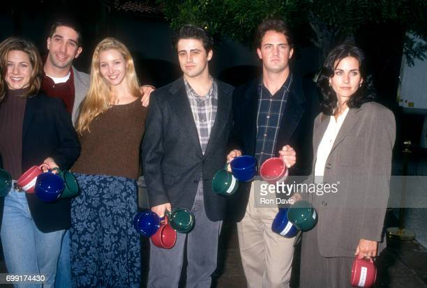 American actors Jennifer Aniston David Schwimmer Lisa Kudrow Matt LeBlanc Matthew Perry and Courtney Cox of the television comedy Friend's pose for a...