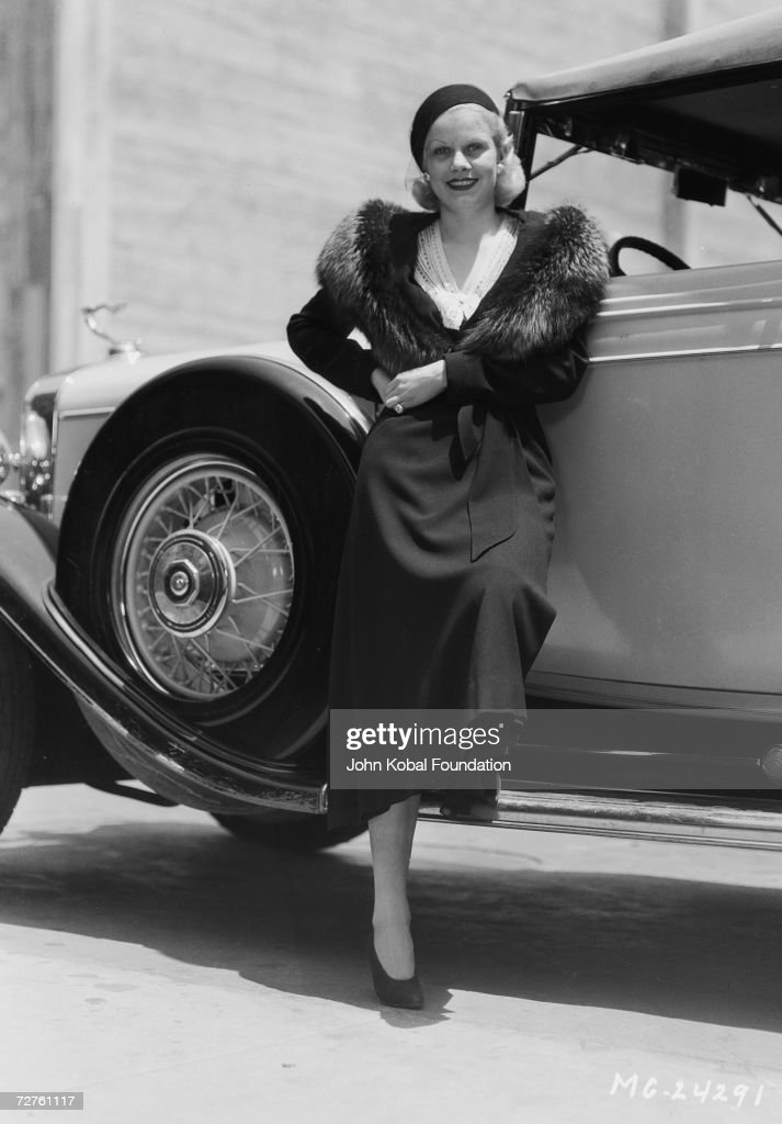 American actress <a gi-track='captionPersonalityLinkClicked' href=/galleries/search?phrase=Jean+Harlow&family=editorial&specificpeople=70012 ng-click='$event.stopPropagation()'>Jean Harlow</a> (1911 - 1937) leans on a car, 15th June 1932.