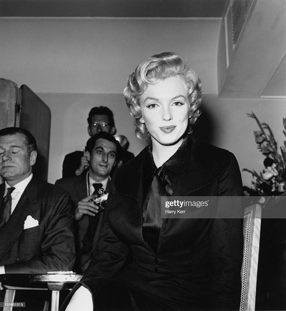 American actress <a gi-track='captionPersonalityLinkClicked' href=/galleries/search?phrase=Marilyn+Monroe&family=editorial&specificpeople=70021 ng-click='$event.stopPropagation()'>Marilyn Monroe</a> (1926 - 1962) at a press conference at the Savoy Hotel, London, July 1956. Monroe is in England to film 'The Prince and the Showgirl' with English actor and director <a gi-track='captionPersonalityLinkClicked' href=/galleries/search?phrase=Laurence+Olivier&family=editorial&specificpeople=80991 ng-click='$event.stopPropagation()'>Laurence Olivier</a> (1907 - 1989, far left).