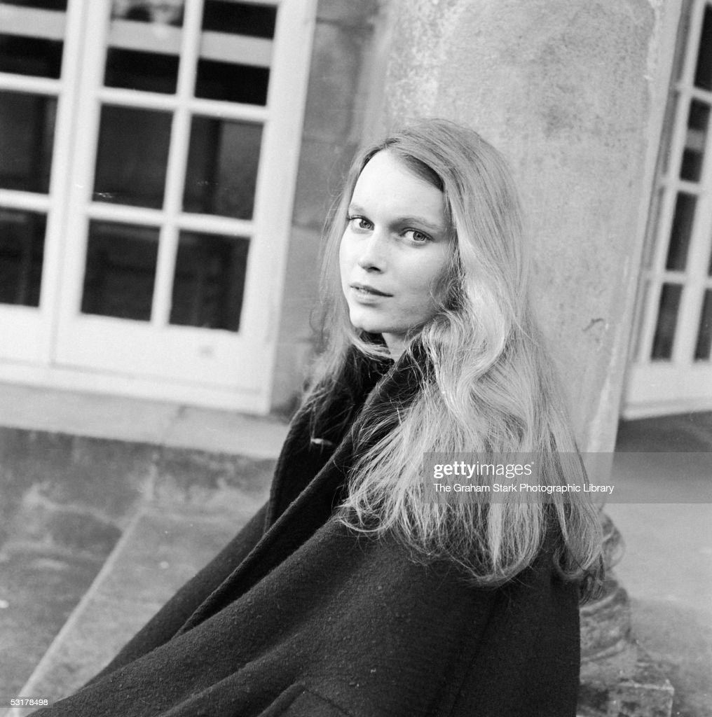 American actress <a gi-track='captionPersonalityLinkClicked' href=/galleries/search?phrase=Mia+Farrow&family=editorial&specificpeople=93764 ng-click='$event.stopPropagation()'>Mia Farrow</a> wearing her hair long, circa 1964.