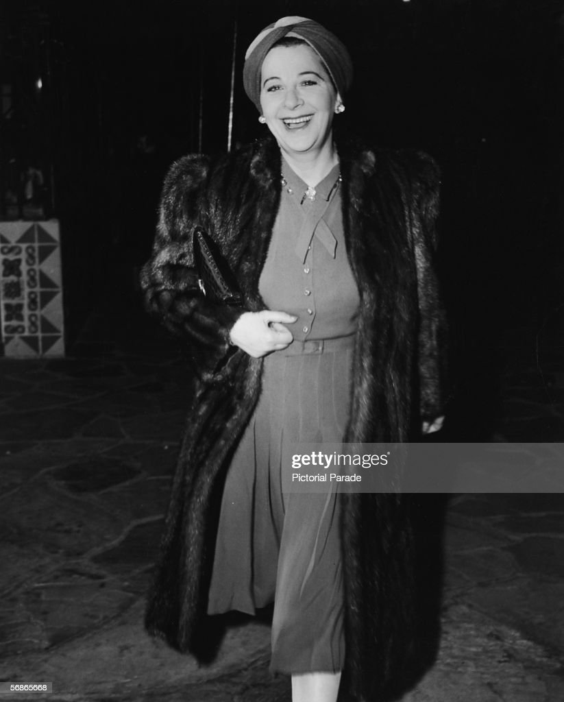 American actress, singer, and comedian Fanny Brice (1891 - 1951) wears a turban and a fur coat as she arrives for a preview of the film 'The Cat and the Canary,' October 30, 1939.