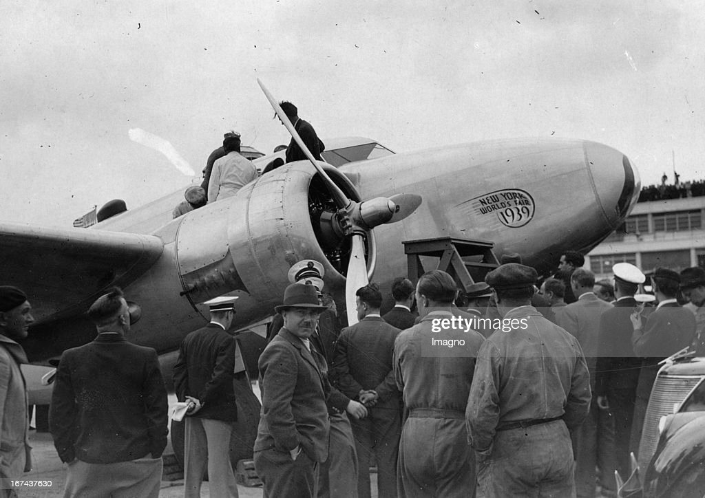 American airman Howard Hughes at the start of his airplane to moskau at the airport 'le Bourget' (near to Paris). About 1930. France. Photograph. (Photo by Imagno/Getty Images) Der amerikanische Flieger Howard Hughes am Flughafen le Bourget (in der Nähe von Paris) beim Start nach Moskau. Um 1930. Frankreich. Photographie.