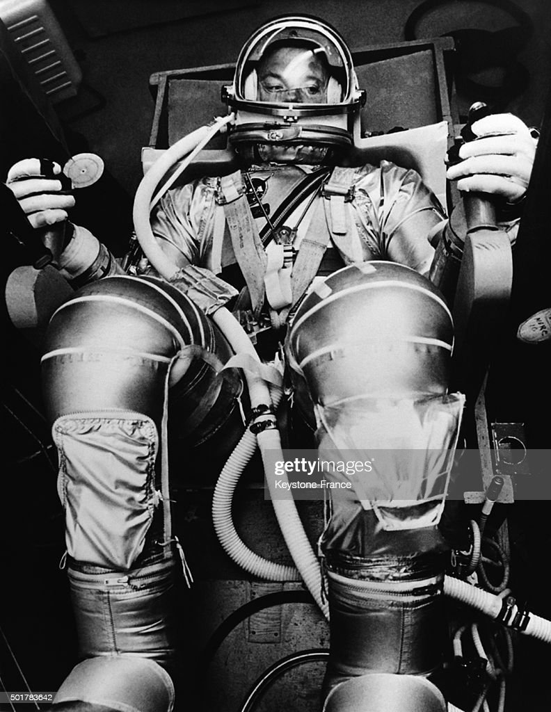 American astronaut <a gi-track='captionPersonalityLinkClicked' href=/galleries/search?phrase=Gordon+Cooper+-+Astronaut&family=editorial&specificpeople=90970 ng-click='$event.stopPropagation()'>Gordon Cooper</a> in his space suit after his 22 revolution flight aboard 'Faith 7' spatial capsule on May 16, 1963 in the United States.