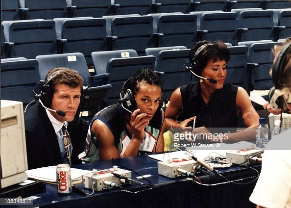 American basketball player Teresa Weatherspoonn of the New York Liberty speaks with ESPN network commentator Robin Roberts and Italianborn American...
