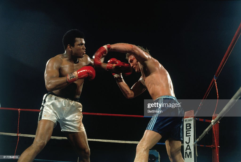 American boxer Muhammad Ali (L) and British boxer <a gi-track='captionPersonalityLinkClicked' href=/galleries/search?phrase=Joe+Bugner&family=editorial&specificpeople=239003 ng-click='$event.stopPropagation()'>Joe Bugner</a> fighting a match. Ali won the 12-round fight in 1975.
