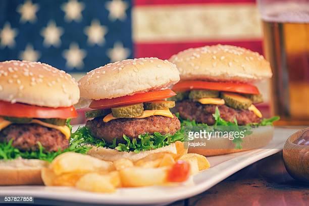 Amerikanische Burger und dazu ein Glas Bier