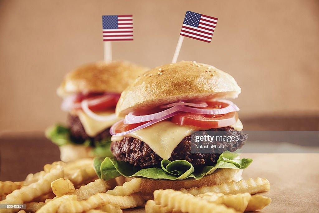 American Käse-Burger mit Pommes Frites und Cola : Stock-Foto