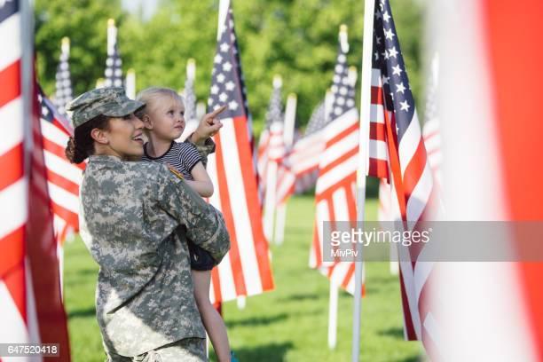 Soldado americano mujer con niña de 3 años