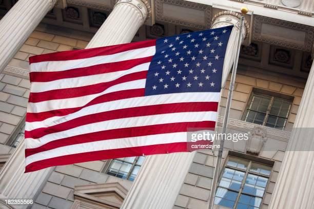 US-amerikanische Flagge auf der Vorderseite des Federal Building, Washington, DC