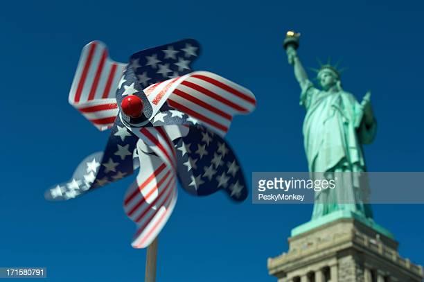 Drapeau américain Moulin à vent se met aux platines dans la Statue de la liberté aux États-Unis