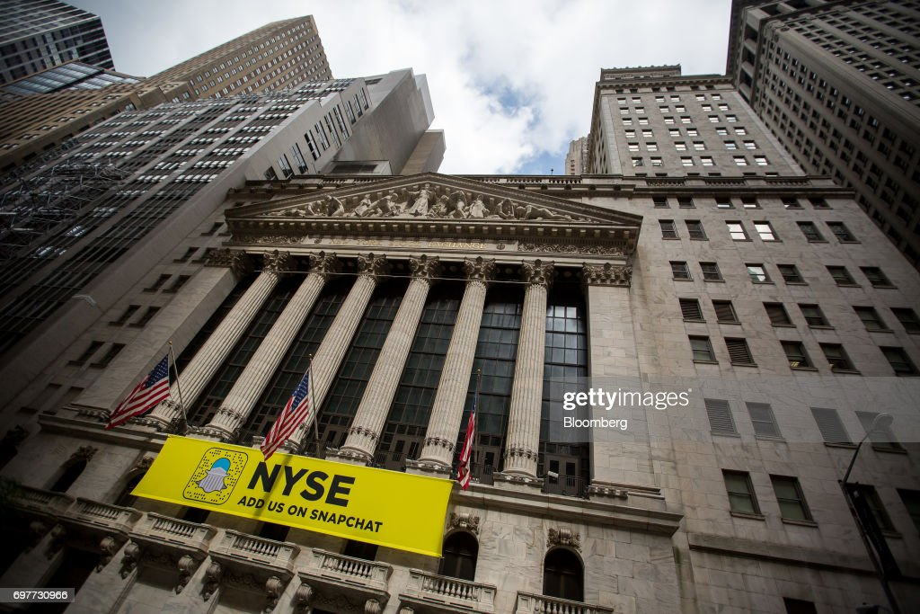 American flags fly outside the New York Stock Exchange (NYSE) in New York, U.S., on Monday, June 19, 2016. U.S. stocks rose, following a lull in markets after equities hit another fresh record last week. Photographer: Michael Nagle/Bloomberg via Getty Images