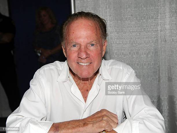 American football player Frank Gifford attends the Collectors Showcase of America at Raritan Center on June 11 2011 in Edison New Jersey