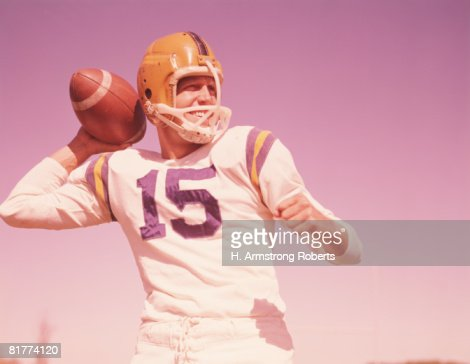 American football player, holding football, ready to throw. (Photo by H. Armstrong Roberts/Retrofile/Getty Images) : Stock Photo