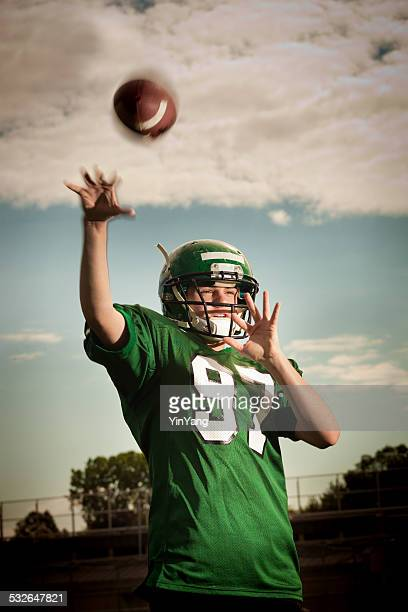 American Football Player-Quarterback passa la palla