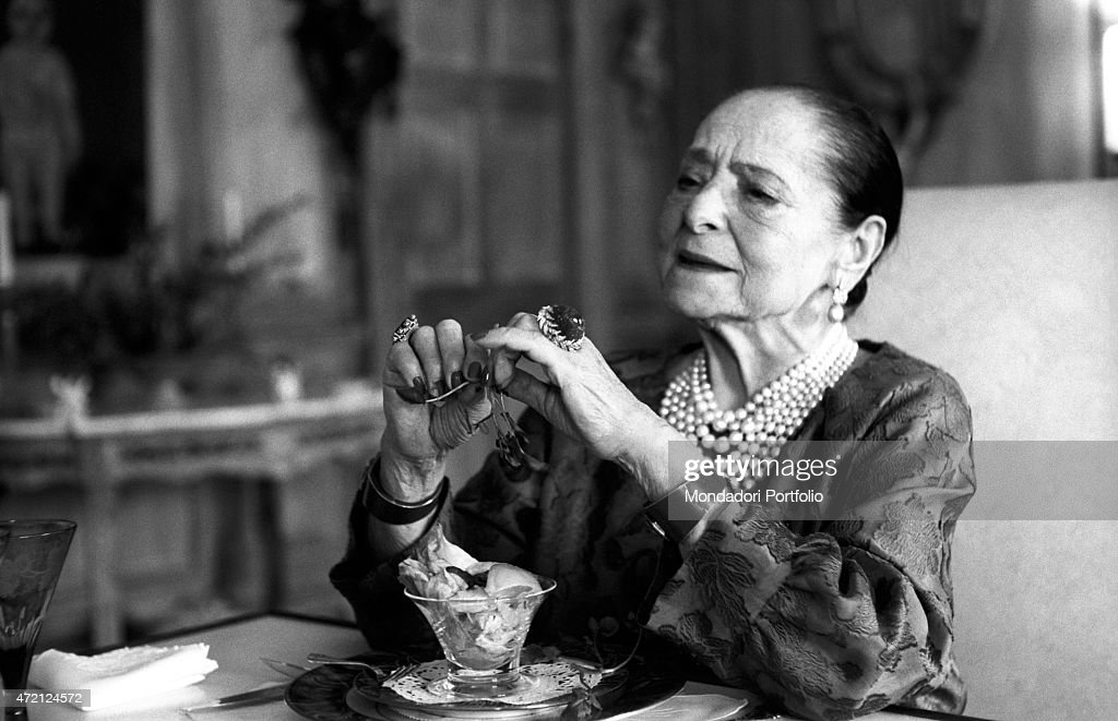 'American magnate <a gi-track='captionPersonalityLinkClicked' href=/galleries/search?phrase=Helena+Rubinstein&family=editorial&specificpeople=212912 ng-click='$event.stopPropagation()'>Helena Rubinstein</a>, sitting at a laid table, has just finished a frugal meal in the luxurious dining room of her house on the Fifth Avenue; Polish-born, she made an industrial empire out of the cosmetic company bearing her name. New York (USA), April 1964. (Photo by Mario De Biasi\Mondadori Portfolio via Getty Images)'