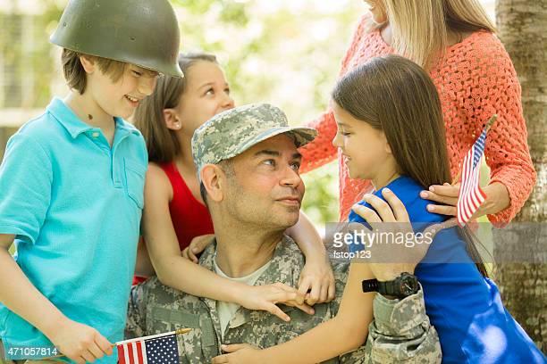 Vétéran de l'armée américaine accueilli chez soi en famille.   Mère et enfants.   Chez vous.