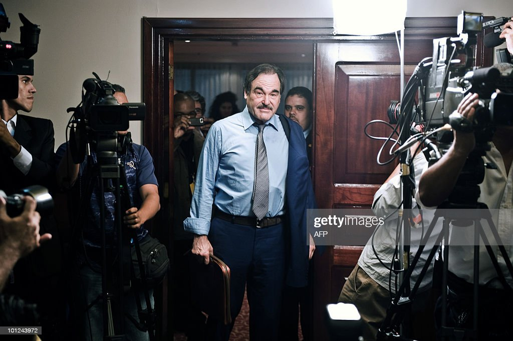 American moviemaker Oliver Stone (C) arrives for a press conference in Caracas May 28, 2010 to launch his documentary film 'Al sur de la frontera'. AFP PHOTO / Miguel GUTIERREZ