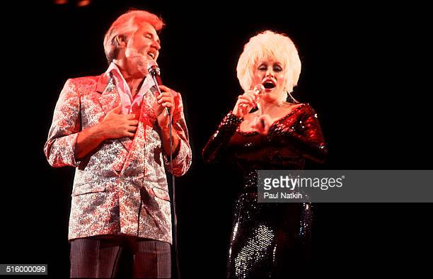 American musicians Kenny Rogers and Dolly Parton perform a duet at the Rosemont Horizon Rosemont Illinois March 30 1986