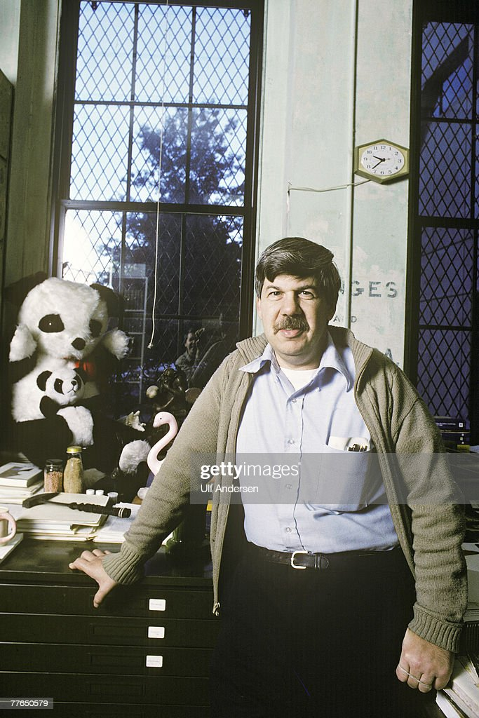 a biography of stephen jay gould a paleontologist Stephen jay gould was a widely-read late twentieth century author of scientific books additionally, he was a historian of science, evolutionary biologist and paleontologist.