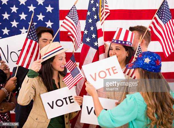 Povo americano encorajar relativamente à reunião política.  Bandeiras dos EUA.  Votação sinais.