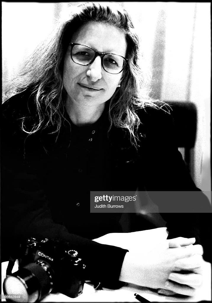 American photographer <a gi-track='captionPersonalityLinkClicked' href=/galleries/search?phrase=Annie+Leibovitz&family=editorial&specificpeople=549168 ng-click='$event.stopPropagation()'>Annie Leibovitz</a> during a press conference at the National Portrait Gallery in London, circa 1991.