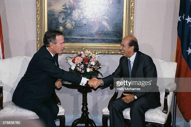 American President George Bush shakes hands with Venezuelan President Carlos Perez