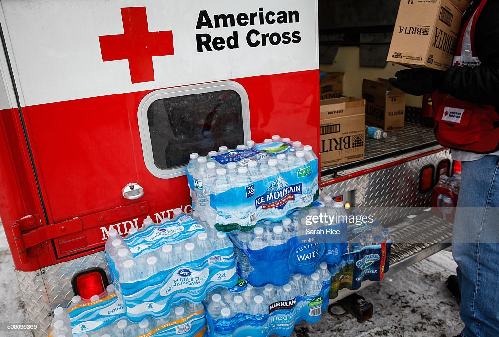 American Red Cross volunteers deliver bottled water to homes on January 21 2016 in Flint Michigan The Red Cross is supporting state and county...