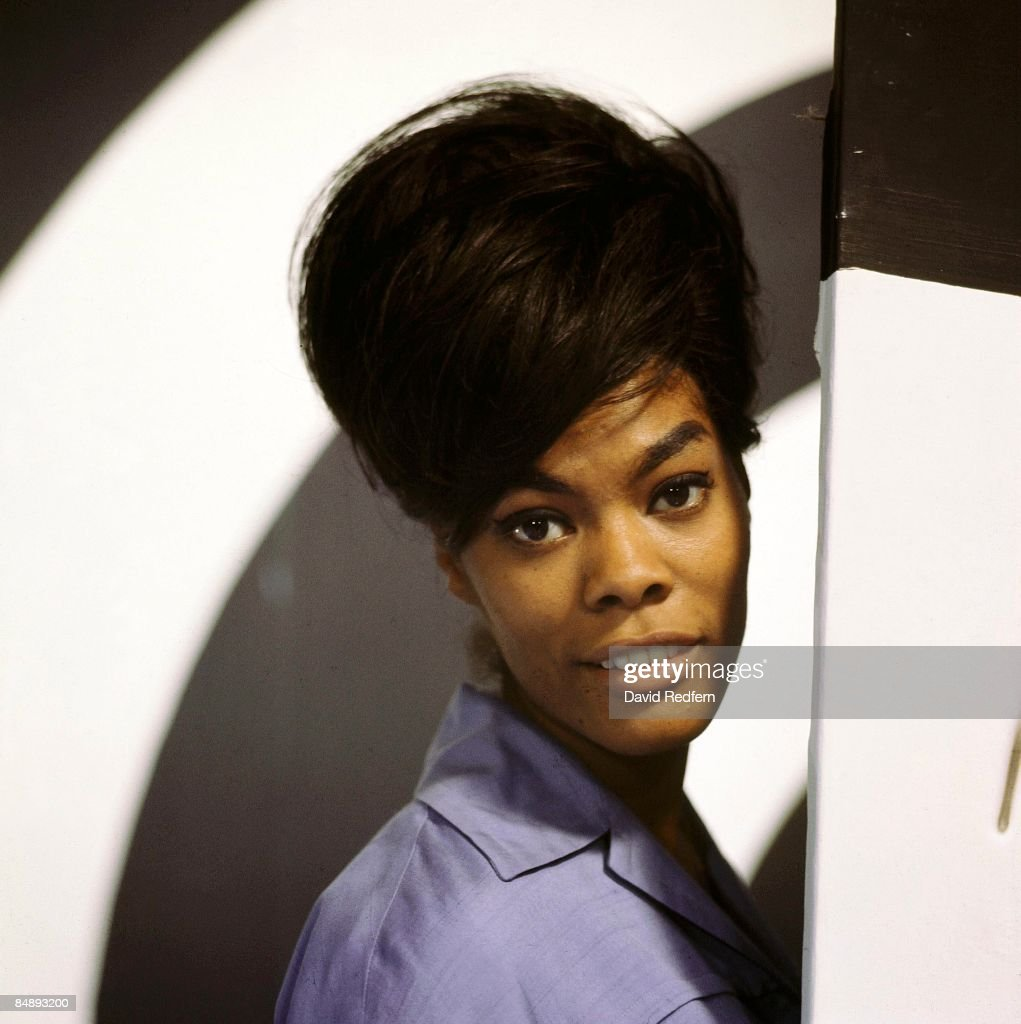 STARS Photo of Dionne WARWICK, posed, on set of TV show