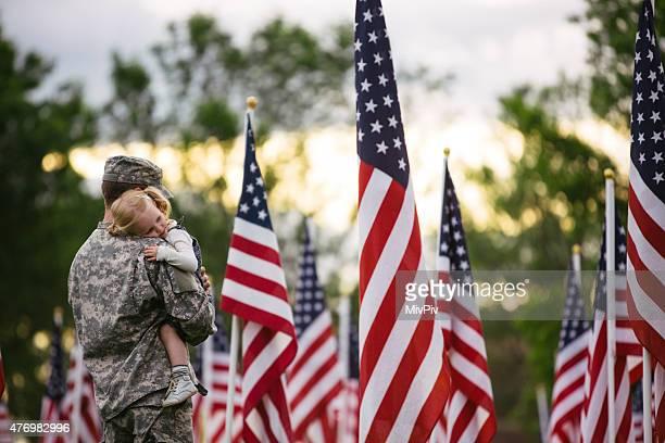 American soldier sostiene a su hija para niños