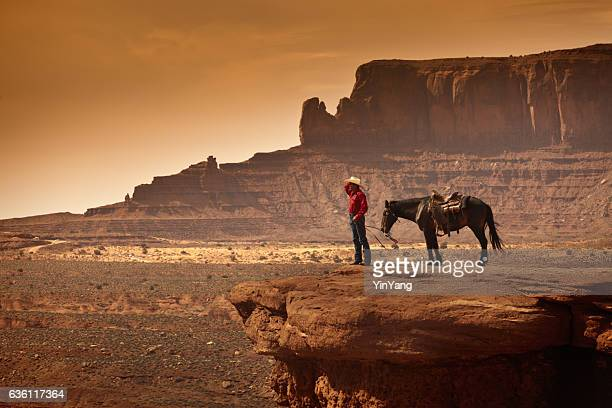 American Sudoeste Cowboy no cavalo
