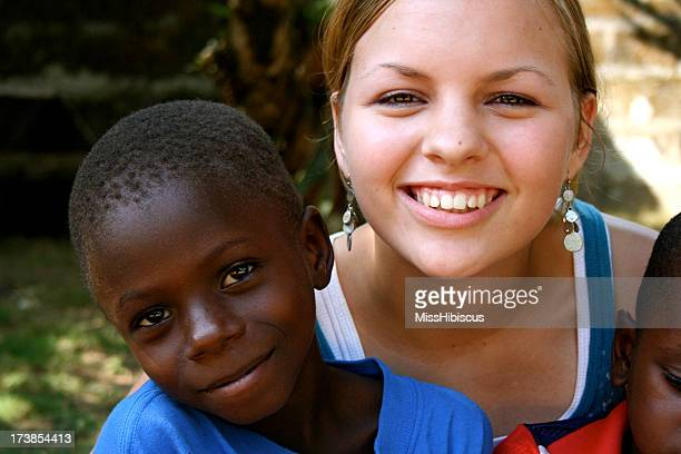 Americana Teen con bambini africani