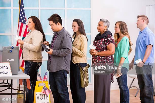 American électeurs tenir en ligne pour trouver tours de scrutin.  Novembre élections.