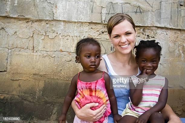 Afro femme américaine tenant les filles