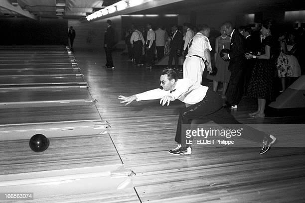 Americans In Biarritz Côte Basque Biarritz 8 Août 1960 Reportage sur les Américains en séjour dans la station balnéaire dans un bowling sur la zone...