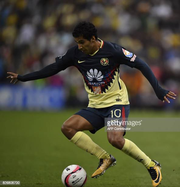 America's forward Cecilio Dominguez controls the ball during their Mexican Apertura tournament football match against Pumas at the Azteca stadium on...