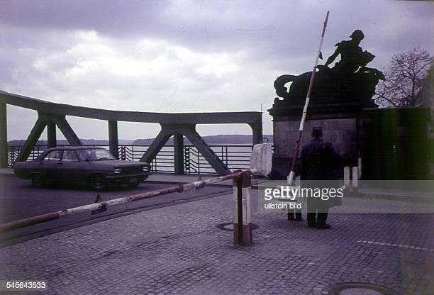 amerikanische Militärpatrouilleerreicht den Schlagbaum auf WestberlinerSeite der von einem Grenzpostengeöffnet wird um 1955